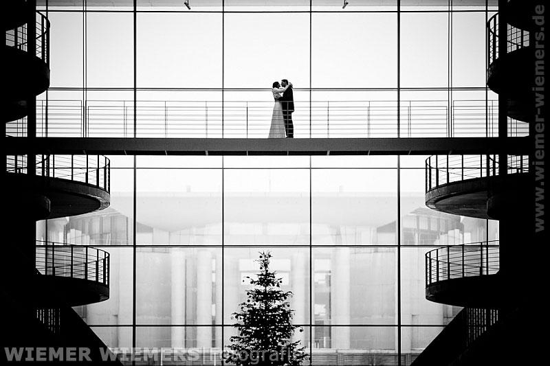 Moderne Fotografie aus Berlin Hochzeitsfoto im Paul Löbe Haus mit Blick auf das Kanzleramt