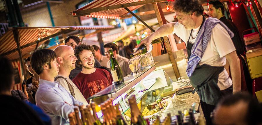 Sekt auf dem Street Food Thursday in Kreuzberg