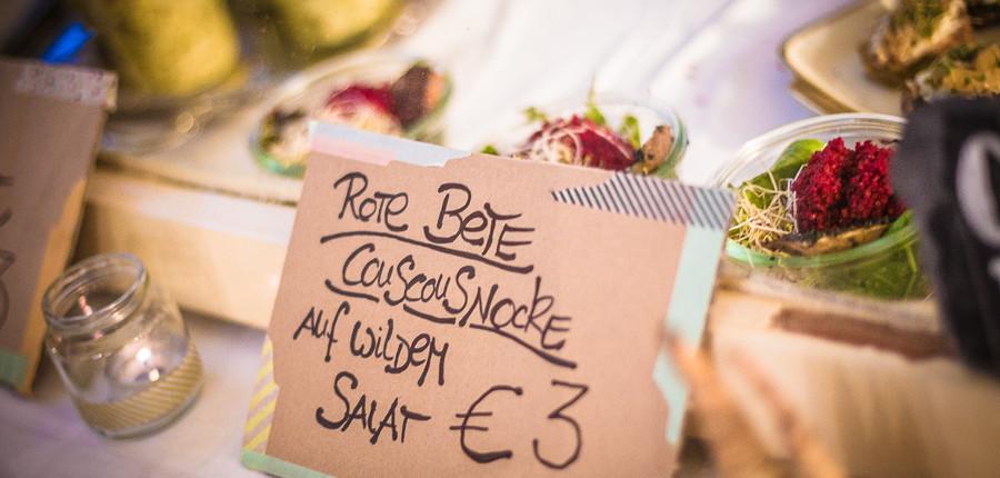 Rote Beete Couscousnocke auf wildem Salat von Culinary Misfits